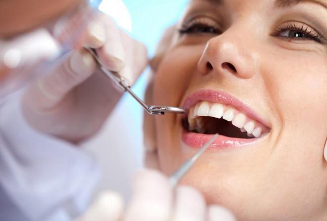 mulher sorrindo fazendo consulta com dentista